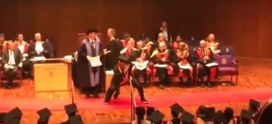 中国留学侧空翻上台领毕业证 网友:功夫了得