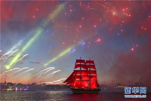 圣彼得堡为欢庆中学生毕业举行