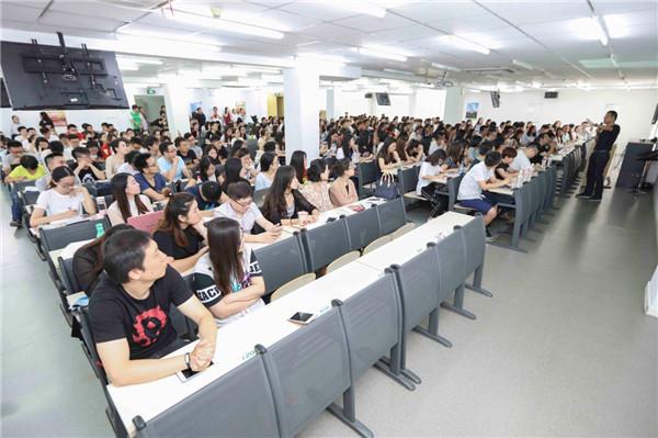 全体与会者认真聆听俞老师指导