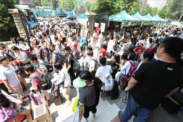 北京新东方学校万名学员报到  点燃盛夏