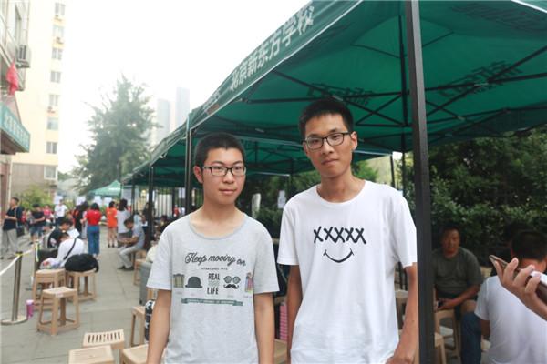 用小灵通要求自己的谢冉(左)和期待暑假班的刘卓(右)