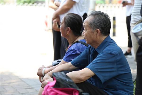爷爷奶奶望向已经坐上大巴车的孙女儿