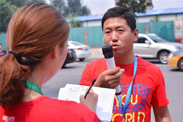 组织疏导现场的工作人员李振峰在接受记者采访