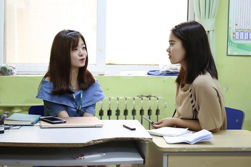 接受采访的杨海源(左一)