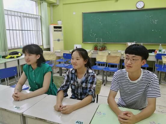 接受采访的孙达一(左)、王晨(中)和谢凯航(右)