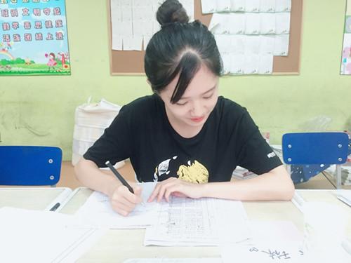 张琳在登记学员信息