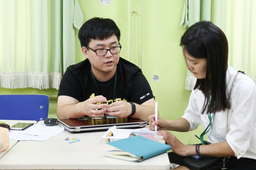 张德天(左)接受采访