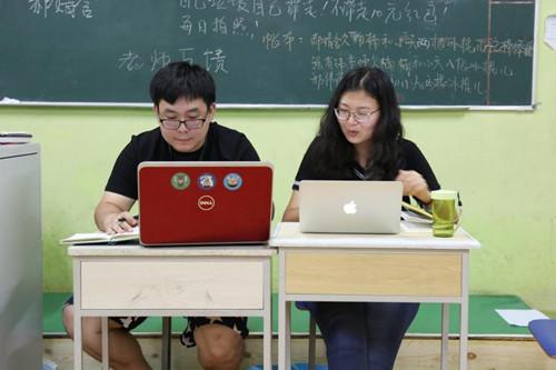 张德天(左)和搭档李楠(右)在工作