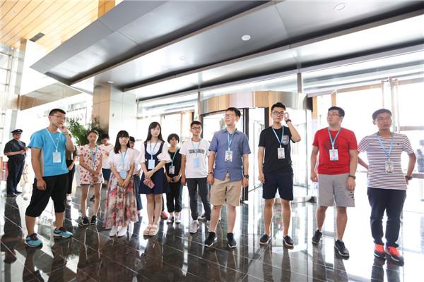 14位状元共同前往新东方总部进行参观