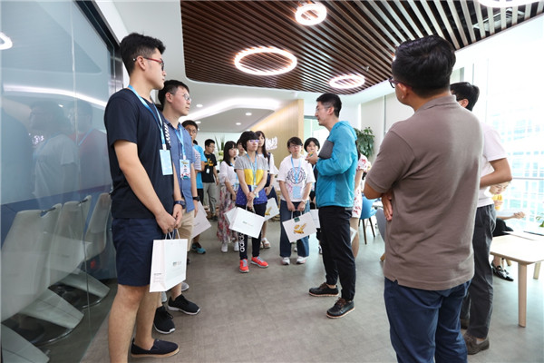 状元们参观了新东方的前途出国,老师为他们介绍了出国留学的相关事宜