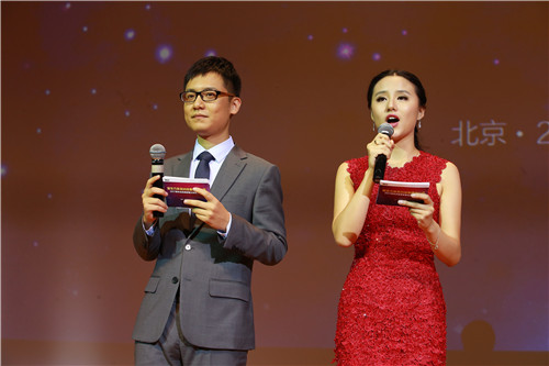 主持人董仲蠡(左)、张艺缤(右)