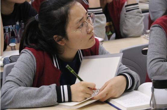 学生们专心做笔记