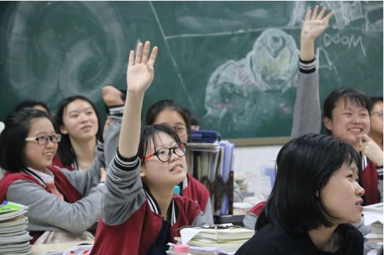 学生们热情参与课堂