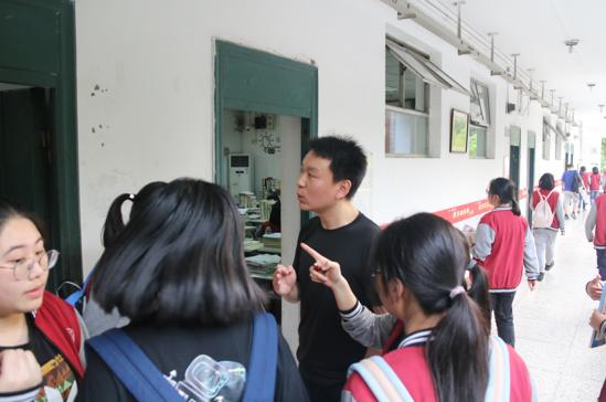 课后朱瑞老师为学生解答疑惑