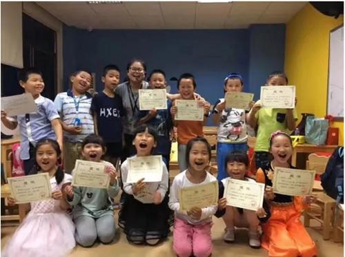 娟娟老師與孩子們合影