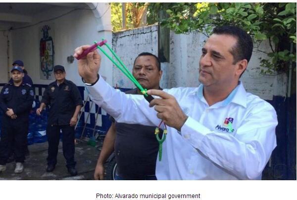 这脑洞给赞!墨西哥警察局给警员配备弹弓(图)