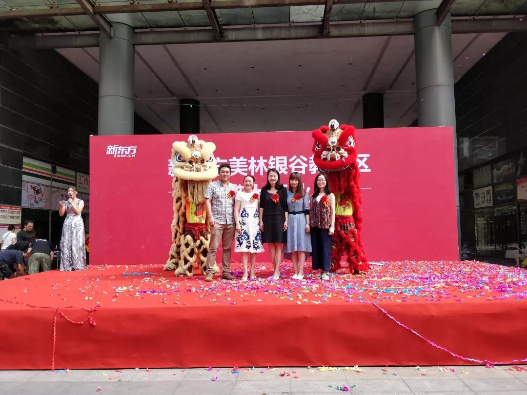 新东方长沙学校泡泡少儿部总监周林瑞老师为开业雄狮点睛