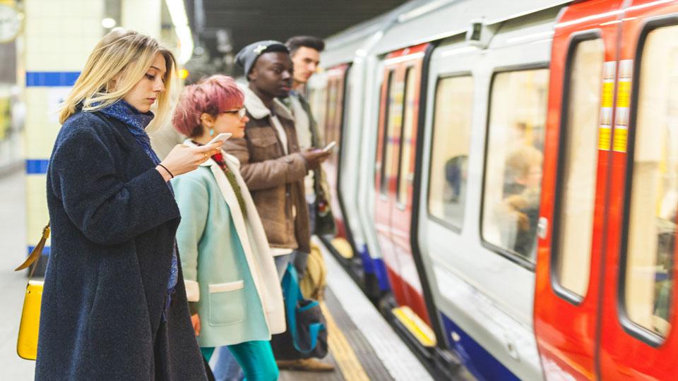 Child announcer on London Underground 伦敦地铁站里的儿童安全播报员
