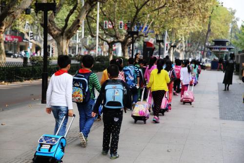 路途时间也很难把控,导致家长还是不能在放学时间及时的赶到学校.