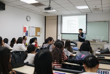 """王冕,北京新东方优秀口语老师。但凡经过他精心设计的口语课堂,都会变得生动、鲜活起来。在他的课堂上,英语不再是只停留在书本上的乏味理论,而是趣味无穷的""""小精灵"""",让学生不由自主说出口。"""