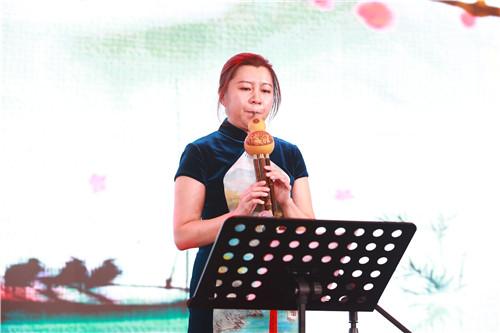 满天星的贺岩老师为大家带来一曲表达伟大爱情的葫芦丝演奏《梨花颂》