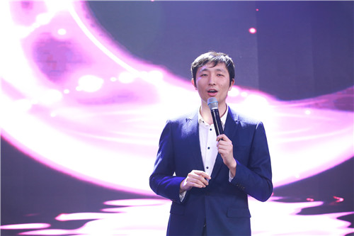 集团国外考试推广管理中心王小丹老师为大家带来的独唱——《月亮代表我的心》