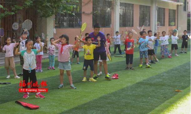 教练为孩子们纠正持拍动作。
