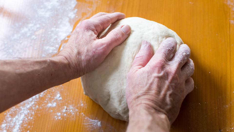 Cooking classes for elderly men专为老年男性开设的烹饪班