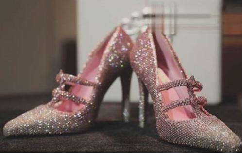 上海首发价值3000万的高跟鞋 镶了一万颗钻!(双语)