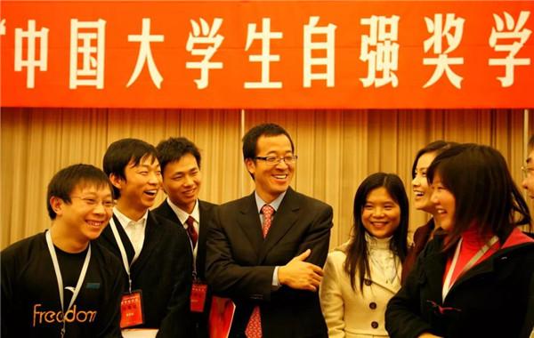 """(2008年1月,俞敏洪與獲得""""新東方自強基金·中國大學生自強獎學金""""的同學交流。)"""