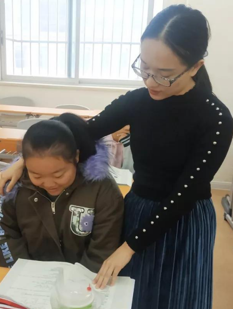 玉伶同学也在结班的时候送给韩老师一份自己手绘的草履虫简笔画……
