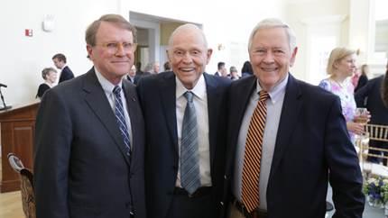得益于Sands先生的捐赠,达顿商学院将创立以前院长Bob Bruner(左)和Bob Landel教授(右)名字冠名的教授职位