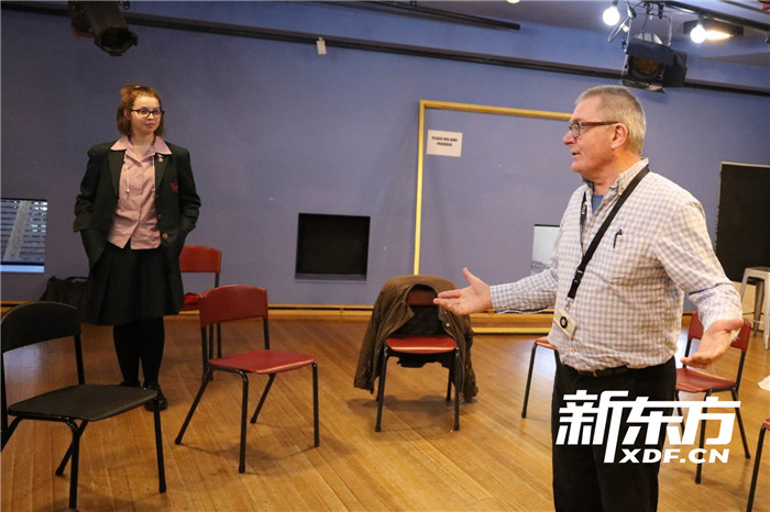 正在輔導排練的戲劇老師