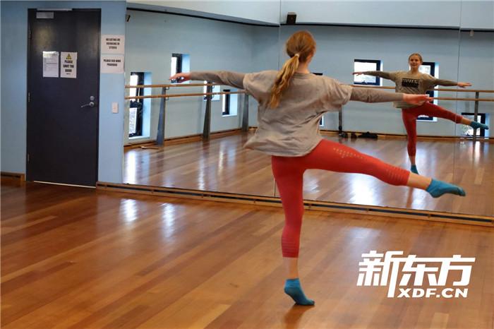 學生展示舞蹈動作