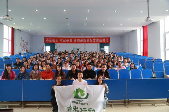 新东方教师志愿者艾力与参训教师合影
