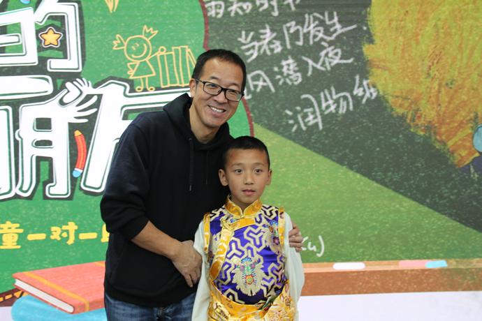 俞敏洪与藏族男孩向巴旺堆合影