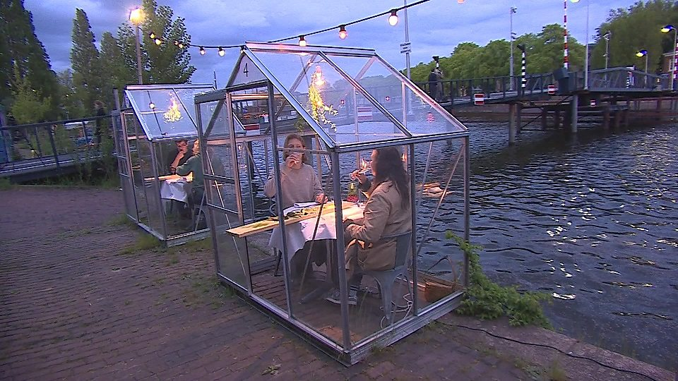 "Greenhouse dining 荷兰餐厅为防控疫情搭建 ""温室包间"""