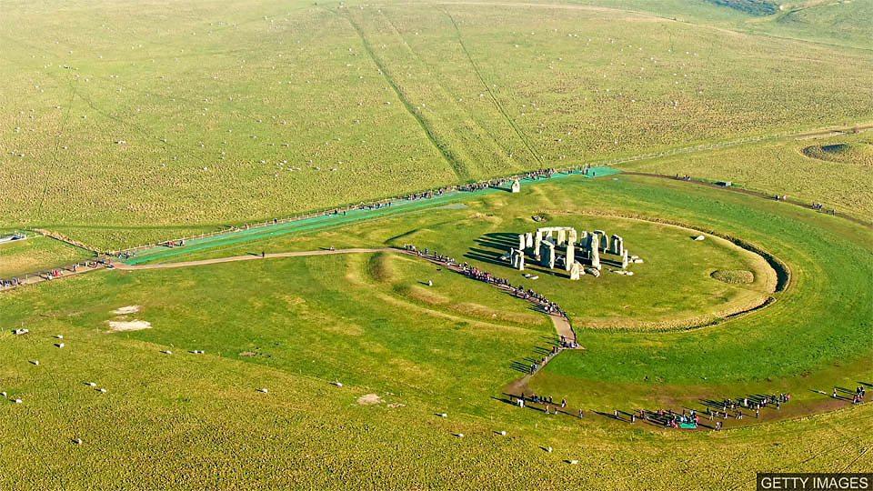 Prehistoric monument discovered 考古学家在巨石阵附近发现史前遗址