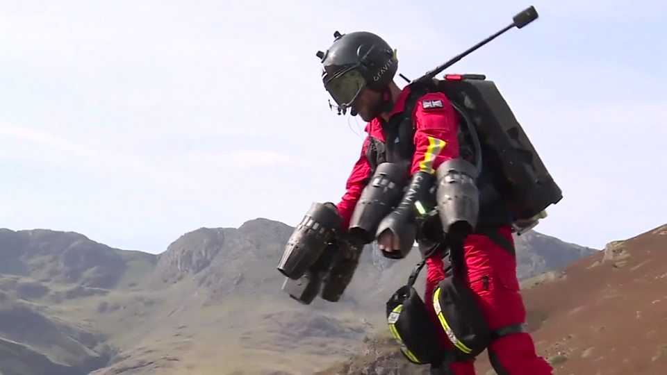 """英国测试能让医护人员 """"飞"""" 向患者的喷气式飞行服Jet pack medics to the rescue"""